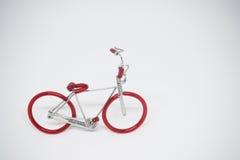 Mão-faça a bicicleta modelo feita do fio Fotografia de Stock