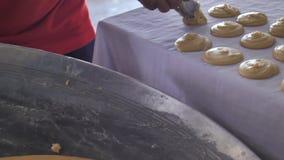 A mão faz a produção de açúcar do coco Açúcar real do coco para fazer do néctar da flor t do coco filme