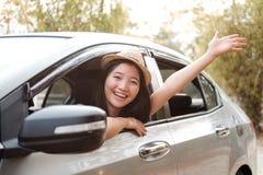 Mão feliz da mulher que relaxa e que aprecia a viagem por estrada Fotografia de Stock Royalty Free
