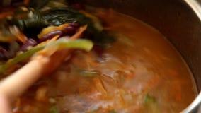 A mão gerencie a sopa no potenciômetro video estoque