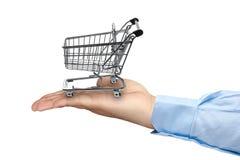 Mão grande que guarda o carrinho de compras vazio Imagens de Stock Royalty Free