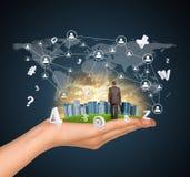 A mão guarda a cidade dos arranha-céus na grama verde e Imagens de Stock Royalty Free