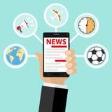 A mão guarda o telefone e lê a notícia do Internet Notícia do Internet Fotos de Stock