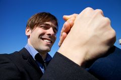 Mão guardando feliz fresca do homem de negócio do sócio Imagem de Stock