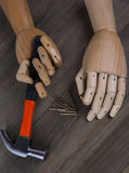 A mão guardara um martelo Imagens de Stock