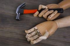 A mão guardara um martelo Fotografia de Stock Royalty Free