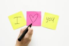 A mão humana com marcador escreve no papel de notas Fotos de Stock Royalty Free