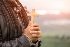 A mão humana guarda a cruz A terapia do Eucaristia abençoa o deus que ajuda o representante fotografia de stock