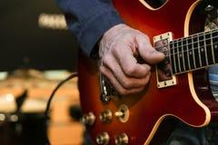 a mão humana joga o busto da guitarra imagens de stock