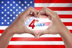 Mão humana na forma do amor com o 4o do texto de julho Fotografia de Stock