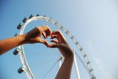 Mão humana que dá forma a um símbolo do amor Imagem de Stock Royalty Free