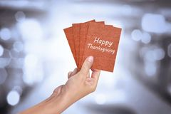 Mão humana que guarda o cartão feliz da ação de graças Imagem de Stock Royalty Free
