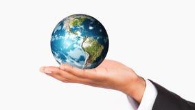 Mão humana que guarda o planeta da terra. Proteção do mundo vídeos de arquivo