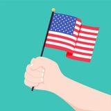 Mão humana que mantém a bandeira do país dos EUA isolada no fundo branco, ilustration do vetor Bandeira americana à disposição ilustração stock