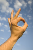 Mão humana que mostra ESTÁ BEM Fotografia de Stock Royalty Free