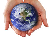 Mão humana que prende o mundo nas mãos fotografia de stock