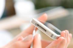 Mão humana que repara o telefone celular com chave de fenda Fotos de Stock Royalty Free
