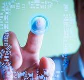 Mão humana que toca em um botão virtual do poder Foto de Stock