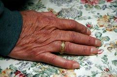Mão idosa do ` s do homem com aliança de casamento imagem de stock royalty free