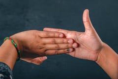 Mão indiana do eleitor com sinal de votação após o voto de carcaça na eleição fotografia de stock royalty free