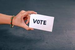 Mão indiana do eleitor com sinal de votação após o voto de carcaça na eleição imagem de stock royalty free