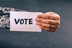 Mão indiana do eleitor com sinal de votação após o voto de carcaça na eleição imagens de stock
