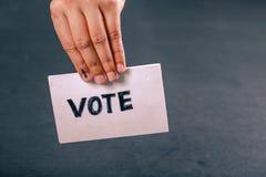 Mão indiana do eleitor com sinal de votação após o voto de carcaça na eleição foto de stock