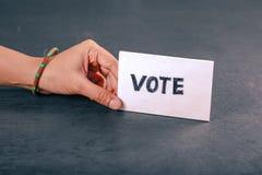 Mão indiana do eleitor com sinal de votação após o voto de carcaça na eleição imagem de stock