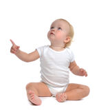Mão infantil do aumento do assento da criança do bebê da criança que aponta acima o dedo Fotografia de Stock Royalty Free