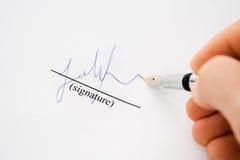 Mão isolada com papel de assinatura da pena de fonte Fotos de Stock Royalty Free