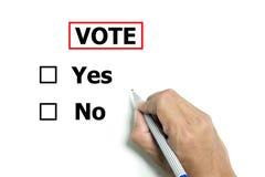 Mão isolada e pena a votar sim ou não foto de stock royalty free