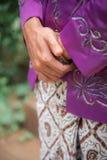 Mão Javanese da dobradura do noivo que veste sarongues tradicionais do Batik Gesto de mão da espera respeitoso e polidamente fotos de stock
