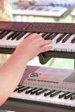 A mão joga um sintetizador Fotos de Stock Royalty Free