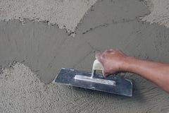 Mão masculina com emplastro na superfície fresca Fotografia de Stock