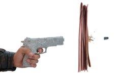 Mão masculina com incêndio uma pistola do jornal do tiro Fotografia de Stock Royalty Free