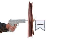 Mão masculina com incêndio uma pistola do jornal do tiro Fotografia de Stock