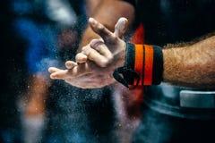 Mão masculina do powerlifter no talco imagens de stock royalty free