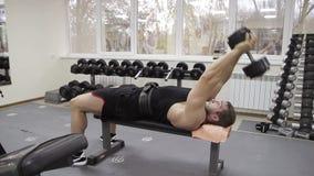 Mão masculina do treinamento do halterofilista filme