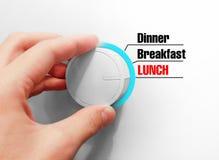 A mão masculina gerencie o interruptor Comuta horas de comer Escolheu o almoço Foto de Stock