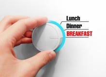 A mão masculina gerencie o interruptor Comuta horas de comer Escolheu o Breakf Imagens de Stock