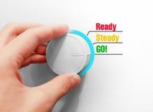 A mão masculina gerencie o interruptor O verde dos interruptores vai Escolheu IR! imagens de stock royalty free