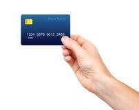 Mão masculina isolada que guarda um cartão de crédito fotografia de stock royalty free