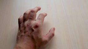 Mão masculina na tabela vídeos de arquivo