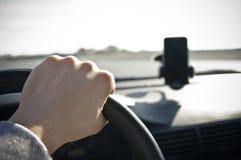 Mão masculina no volante imagem de stock