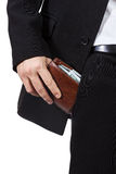 A mão masculina põe a bolsa em seu bolso das calças Imagens de Stock
