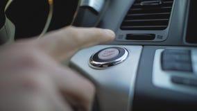 A mão masculina pressiona a tecla 'Iniciar Cópias' no carro filme