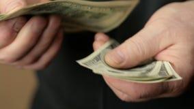 Mão masculina que conta o dinheiro video estoque