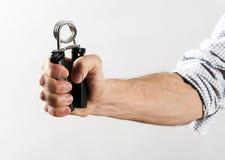 Mão masculina que exercita a força usando o prendedor da mão imagem de stock