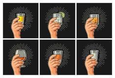 Mão masculina que guarda a aguardente de vidro, tequila, gim, vodca, rum, uísque ilustração royalty free