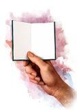 Mão masculina que guarda o livro, o cartão, o passaporte ou o certificado vazio branco, esboço Imagens de Stock